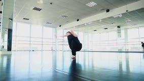 做在黑衣服的男性舞蹈家打扫在演播室 股票视频