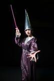 做在黑暗的背景的妇女魔术 免版税库存图片