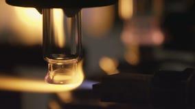 做在玻璃吹的工厂的一个玻璃瓶 影视素材