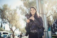 做在4K街道的决议低谷的女性专业videographer旅行摄影师录影 免版税库存照片