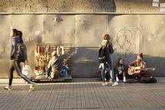 做在Istiklal街道Beyoglu,伊斯坦布尔的街道音乐家音乐 免版税库存图片