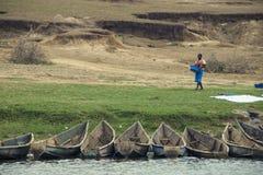 做在Kazinga海峡岸的妇女洗衣店 免版税库存照片