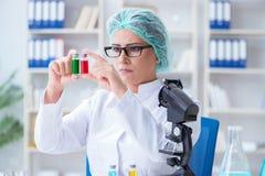 做在labora的女性科学家研究员一次试验 免版税库存图片