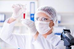 做在labora的女性科学家研究员一次试验 免版税库存照片