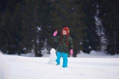 做在wintwr的男孩雪人 免版税库存照片