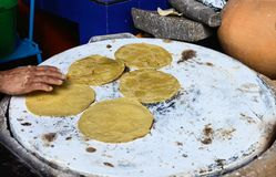 做墨西哥玉米粉薄烙饼 图库摄影