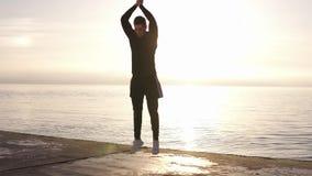 做复杂锻炼的坚强的年轻人-俯卧撑和跃迁,在慢动作 男性Ahlete运动员锻炼训练 股票录像
