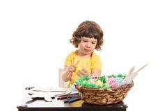做复活节装饰的小孩男孩 免版税库存照片