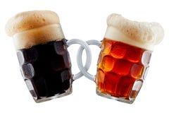 做多士的两个啤酒杯 免版税库存照片
