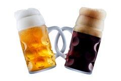做多士的两个啤酒杯 免版税库存图片