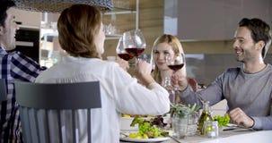 做多士的意大利人民与红葡萄酒一起 四个愉快的真正的坦率的朋友一起喜欢吃午餐或晚餐 股票视频