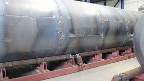 做大汽油箱 坦克在转动它更加容易的焊接的路辗 影视素材