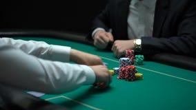 做大赌注的富有的商人,打扑克在非法赌博娱乐场,瘾 股票视频