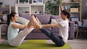 做夫妇的嬉戏学生瑜伽一起行使在公寓 影视素材