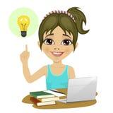 做她的与膝上型计算机和书的逗人喜爱的十几岁的女孩家庭作业在指向手指的书桌上有的电灯泡想法 库存图片