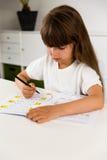 做她的家庭作业的女孩 免版税库存照片