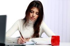 做她的家庭作业的Tudent 免版税库存图片
