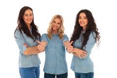 做好标志的年轻白肤金发的妇女在朋友附近 库存照片