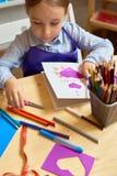 做妈妈的小女孩手工制造卡片 免版税库存图片