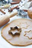 做姜饼曲奇饼 面团、金属切削刀和辗压笔在木桌,香料上在背景 库存图片