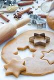 做姜饼曲奇饼 面团、金属切削刀和辗压笔在木桌,香料上在背景 免版税库存照片