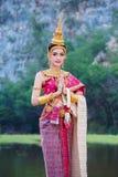 做姿态的传统泰国礼服的妇女我们 库存照片