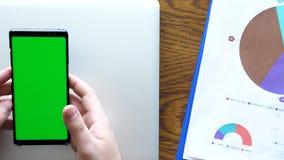 做姿态的男性手在有色度绿色屏幕的一个智能手机 股票视频