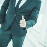 做姿态-赞许的一个成功的商人的特写镜头 库存图片