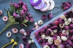 做婚姻的装饰和内部的人造花花束 工具和辅助部件创造的在桌上,顶视图 免版税库存图片