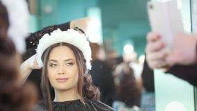 做婚礼发型的专业发式专家 股票视频