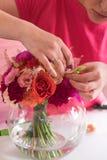 做婚礼花束的女孩卖花人 免版税库存图片