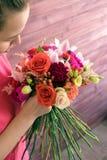 做婚礼花束的女孩卖花人 库存照片