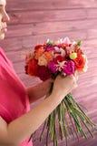 做婚礼花束的女孩卖花人 图库摄影