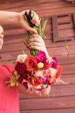 做婚礼花束的女孩卖花人 库存图片