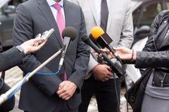 做媒介的新闻工作者采访与商人 免版税图库摄影