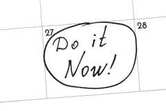 做它现在`是在与一个黑标志的日历写的文本 免版税库存图片