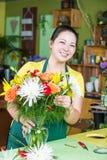 做安排的花店工作者 免版税库存照片