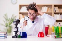 做实验的疯狂的疯狂的科学家医生在实验室 库存图片