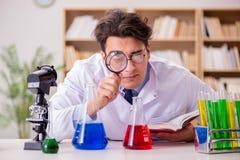 做实验的疯狂的疯狂的科学家医生在实验室 免版税库存图片