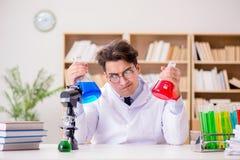 做实验的疯狂的疯狂的科学家医生在实验室 库存照片