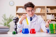 做实验的疯狂的疯狂的科学家医生在实验室 免版税库存照片