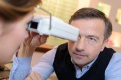 做客户的侧视图眼镜师视域测试 库存照片