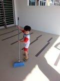 做家事的孩子 免版税库存图片