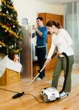 做家事的愉快的成人夫妇 库存照片