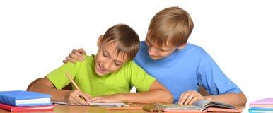 做家庭作业的两个兄弟 库存照片