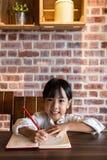 做家庭作业的亚裔中国小女孩 库存照片