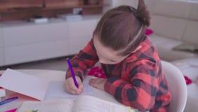 做家庭作业的八岁的男孩 股票录像