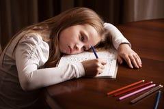 做家庭作业的哀伤的孩子 免版税库存照片
