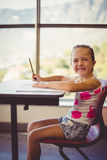 做家庭作业的女孩在教室 库存图片