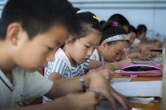 做家庭作业的学生 免版税库存照片